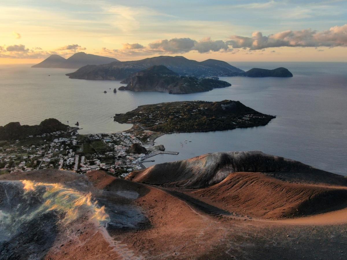 «Аромат стоит на весь остров»:екатеринбуржец показал фотографии итальянских вулканов