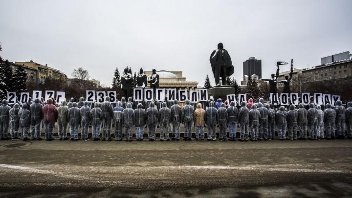 Две сотни человек в капюшонах и белойодежде прошлись вдоль Красного проспекта