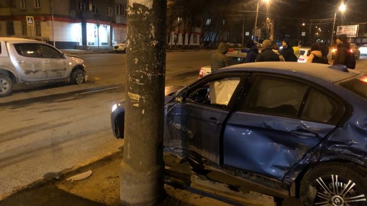 BMW, Mitsubishi и столб: ночью в Самаре произошло серьёзное ДТП