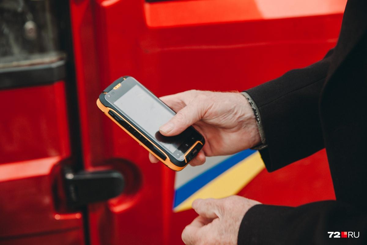 У пенсионера есть и мобильный телефон, про который он сам шутит: «Мое средство самообороны»