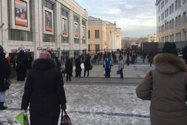 Фото с железнодорожного вокзала, который сейчас эвакуируют