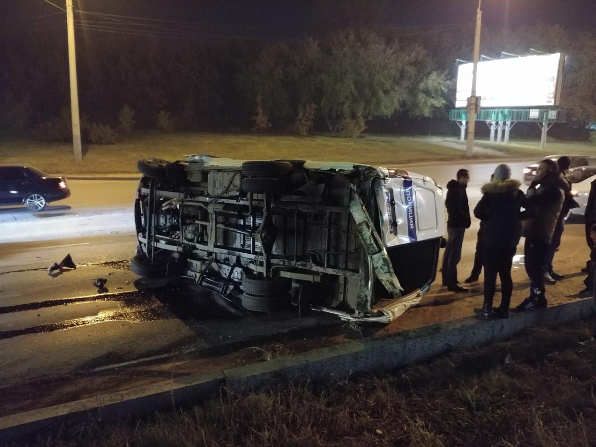 Вцентре Омска полицейская «ГАЗель» опрокинулась после столкновения