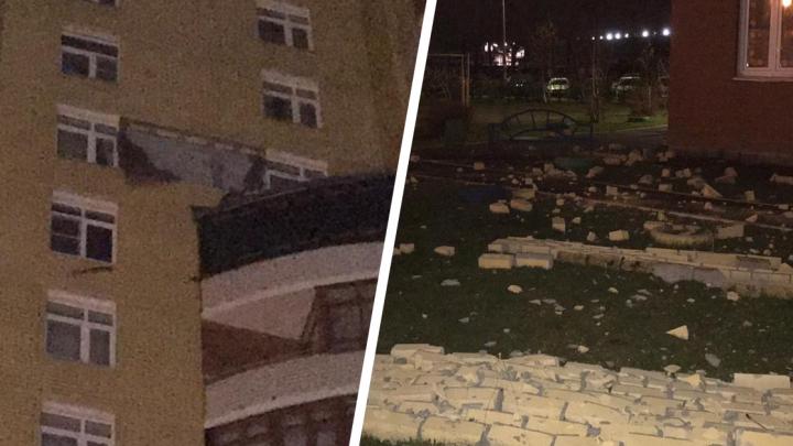 «Удар был очень сильный»: в Пионерском с 12-го этажа дома рухнула кирпичная стена