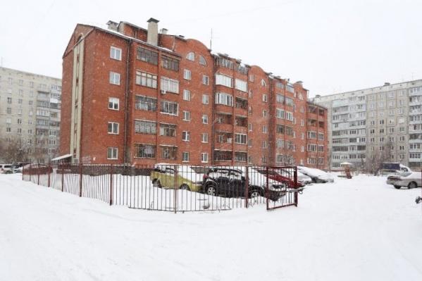Жилой дом находится внутри квартала, в нём расположен частный детский сад