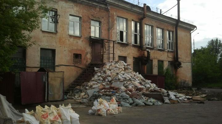 Кучу мусора с тухлой рыбой высотой в два этажа сложили у дома на правобережье