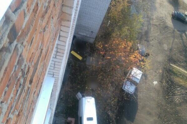 Тело женщины, сообщаюточевидцы, нашли за девятиэтажным домом. Несчастную увезли в морг