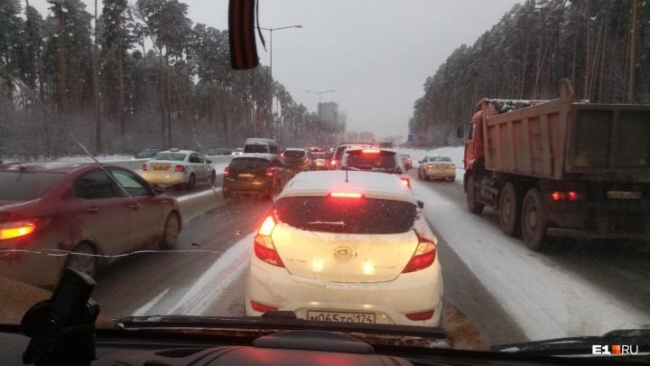 ГИБДД: свердловские дороги после снегопада превратились в каток