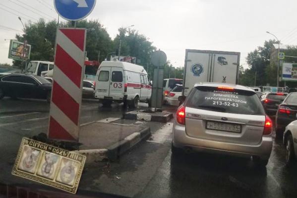 На перекрёстке ул. Немировича-Данченко и Ватутина из-за сломанного светофора образовалась огромная пробка