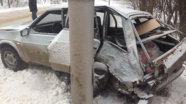На трассе в Башкирии легковушка врезалась в «Газель» и протаранила столб