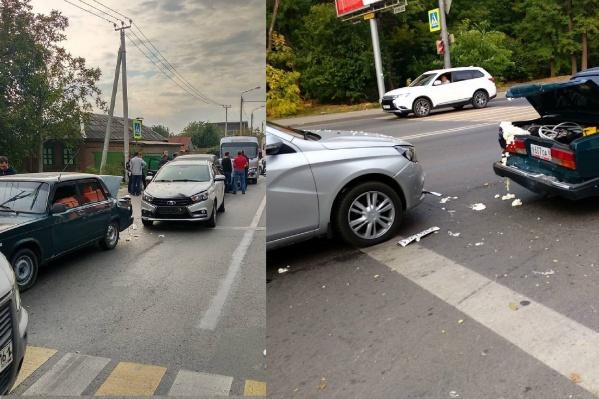 Машины стояли на светофоре