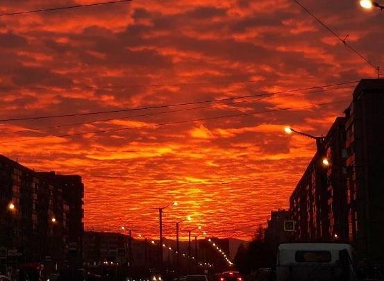 Восхитительный огненный закат разлился в небе над Красноярском