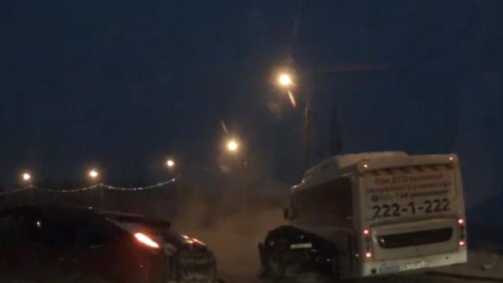 Момент ДТП с пассажирским автобусом и иномаркой в Уфе попал на видео