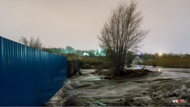«На этой дороге утро не бывает добрым»: в Волгограде пообещали закатать ямы, разбивающие колеса