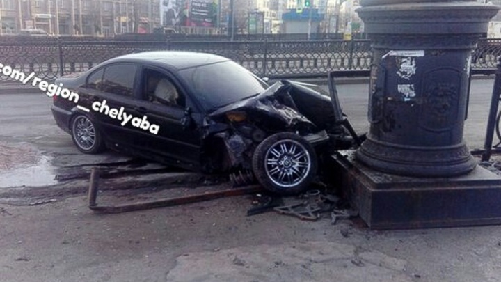 В центре Челябинска водитель иномарки снёс чугунное ограждение