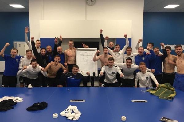 Довольные футболисты после матча сделали общее фото