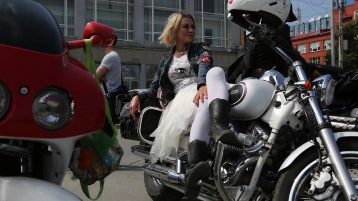 По Новосибирску промчались байкеры с невестами