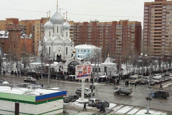 Очередь к православной святыне начинается ещё за оградой