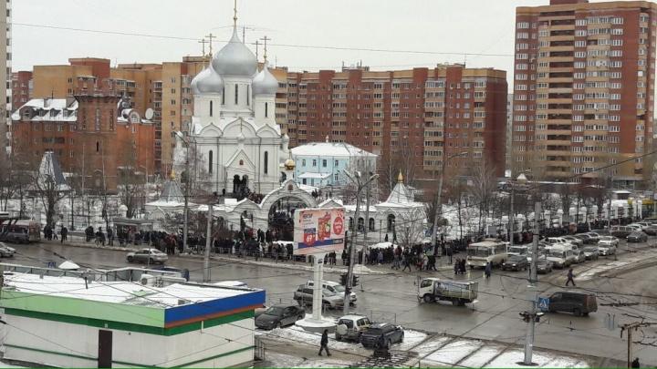 Привезли святыню: сотни новосибирцев выстроились в длинную очередь к храму на Богдашке