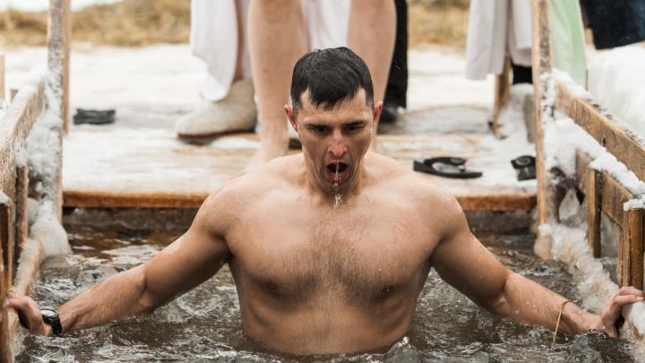 Кресты, молитвы и святая вода: 15 самых впечатляющих кадров с Крещения-2020