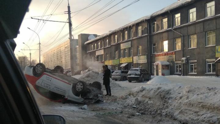 Машина легла на крышу и собрала пробку на Сибиряков-Гвардейцев