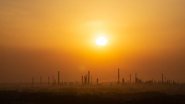 Омичи пожаловались на запах газа, но замеры воздуха из-за дождя делать не стали
