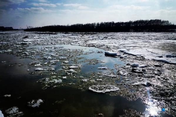 Спасатели настоятельно не рекомендуют жителям выходить на весенний лед