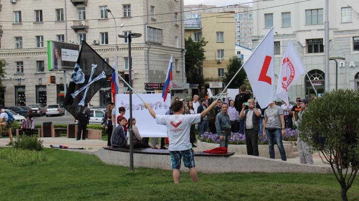 Пираты в городе: у фонтана на Орджоникидзе подняли флаг с черепом и костями