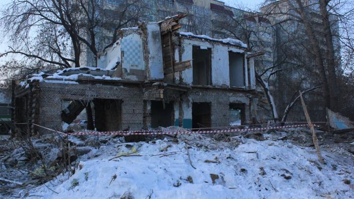 В Омской области спасатели достали мужчину из-под завалов нежилого дома