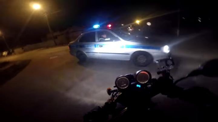 На Южном Урале бесправник на мотоцикле протаранил машину ДПС