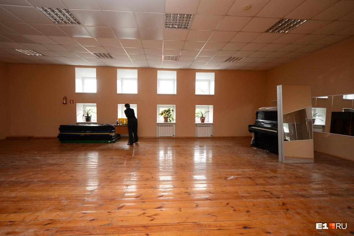 Кроме бассейна в оздоровительном комплексе есть танцевальные залы