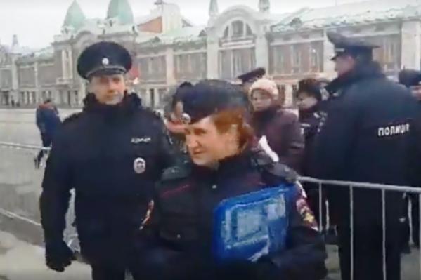 Полиция задержала обманутых дольщиков и парней с провокационными плакатами, говорит блогер