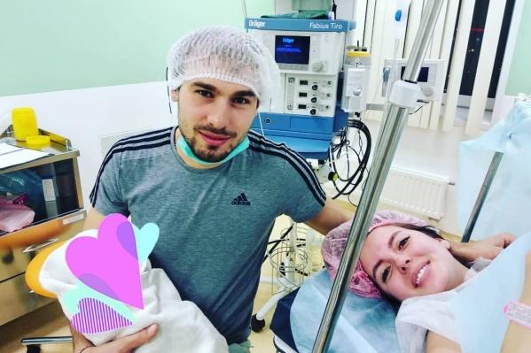 Антон Шипулин с женой и дочкой