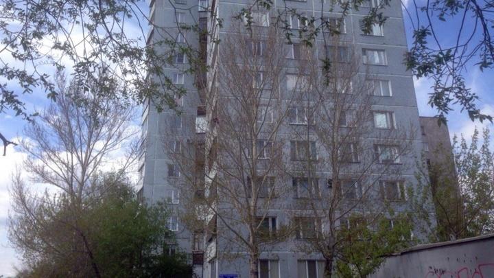 На набережной в окне 14-этажного дома сидит мужчина: на место выехали спасатели и полицейские