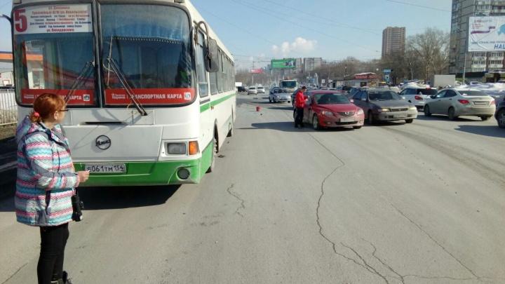 Автобус с пассажирами попал в аварию на улице Широкой