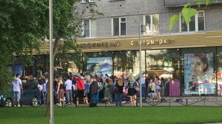 Сибирячки устроили давку на входе в модный магазин