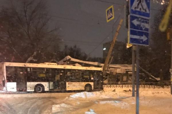 Автобус вылетел на встречку, столкнулся с легковушкой и врезался в столб