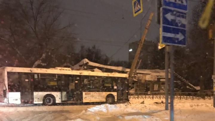 В центре Перми автобус врезался в иномарку и налетел на фонарный столб: пострадали два пассажира