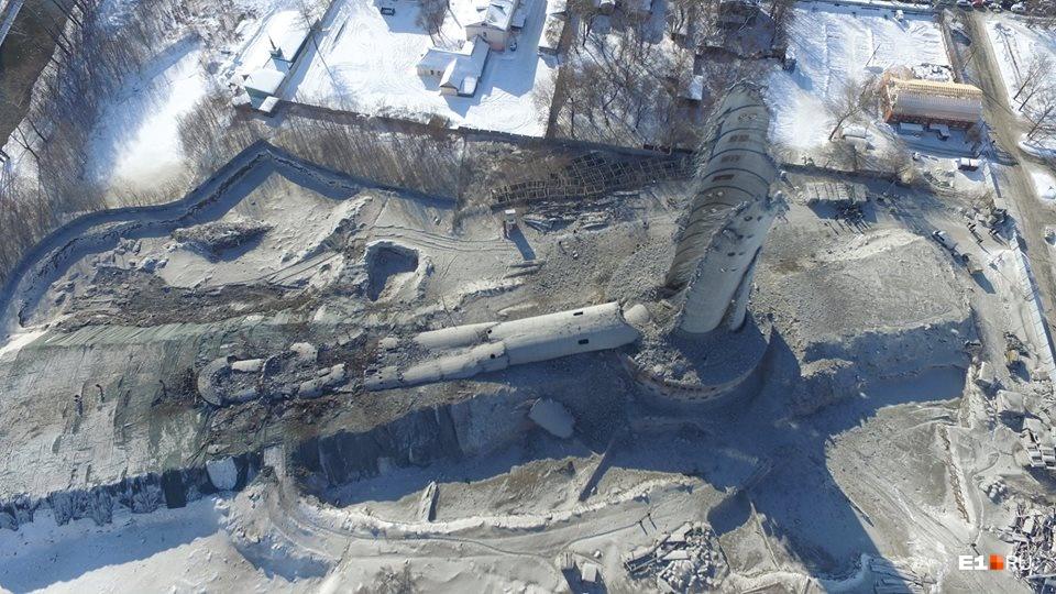 Ствол башни упал на специальный земляной вал