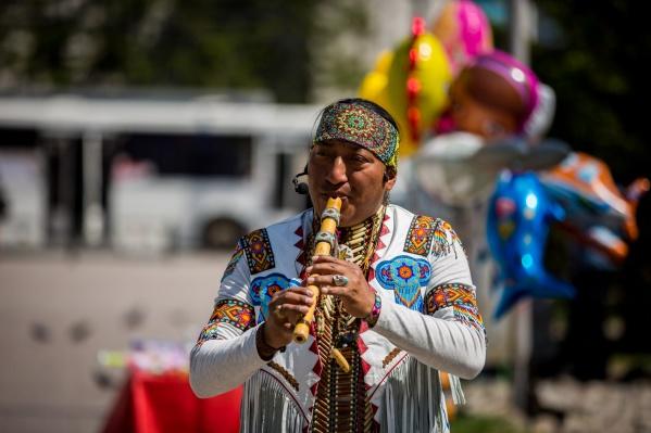 Луис Роберто Малес —самый известный музыкант-индеец в Новосибирске