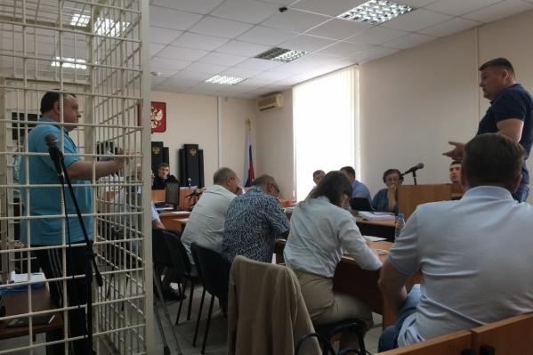 Для Сергея Гудованого (слева в клетке) обвинение запросило самый большой срок лишения свободы