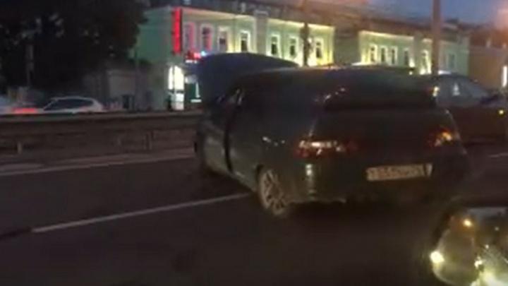 ДТП на Московском проспекте в Ярославле: машину развернуло поперек полосы