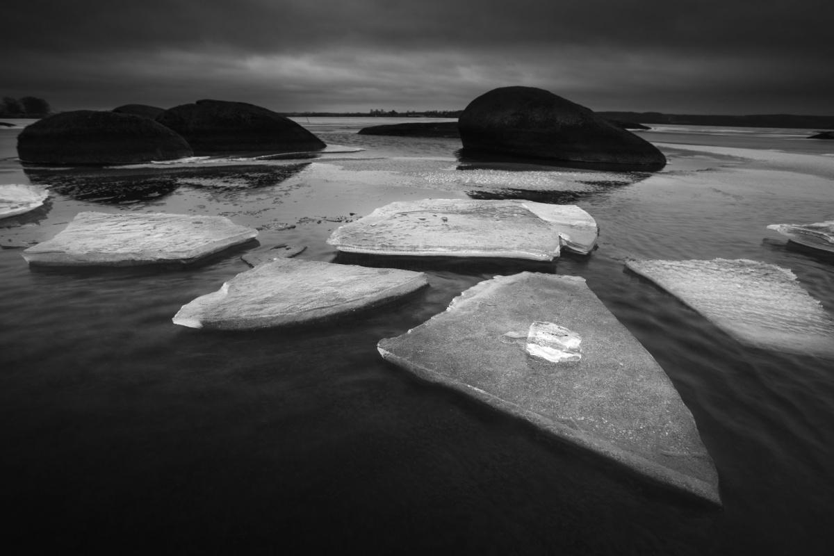 Горы словно дрейфуют в облаках: 7 черно-белых фото Урала, снятых екатеринбуржцем