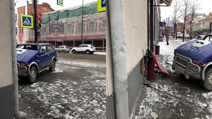 В центре Красноярска «Нива» врезалась в дом с кафе. В аварии пострадали пять человек