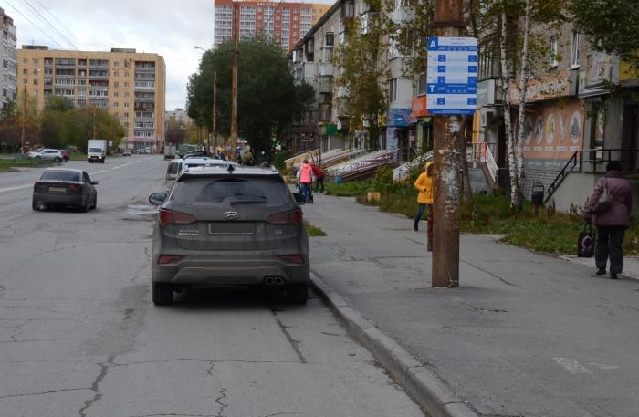 Автомобиль припарковался на остановке, но его водитель не нарушил ПДД из-за отсутствия гостовского знака