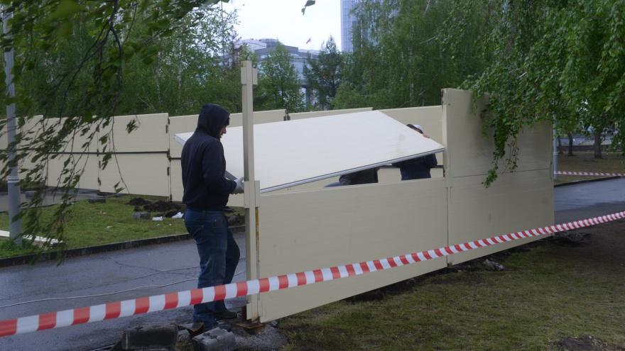 В Екатеринбурге снесли забор, который поставили для стройки храма на месте сквера