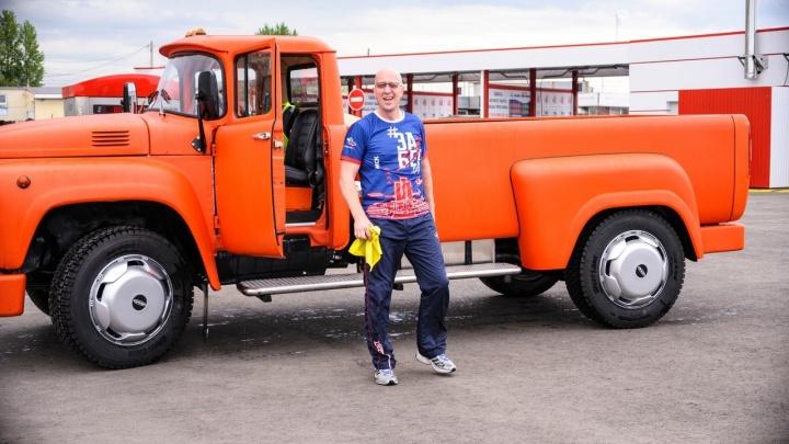 Омский бизнесмен собрал оранжевый пикап из ЗИЛа