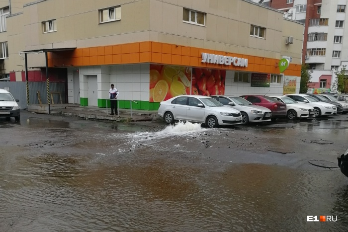 Машины на парковке погрузились в воду