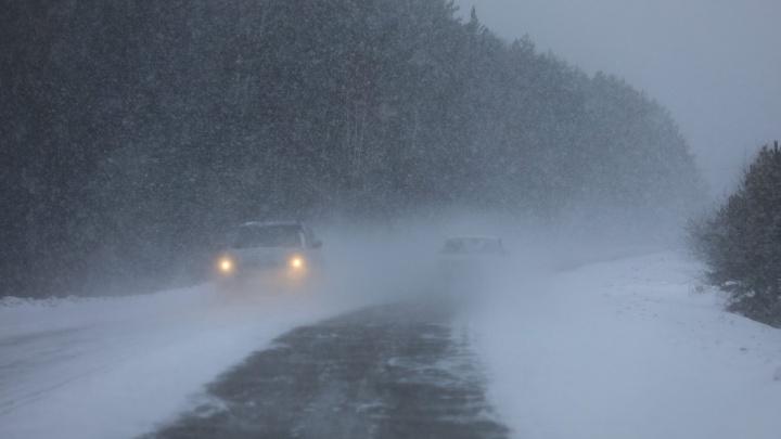 Метель в Норильске: застрявшие в сугробах автобусы и эвакуация пассажиров из аэропорта на вездеходах