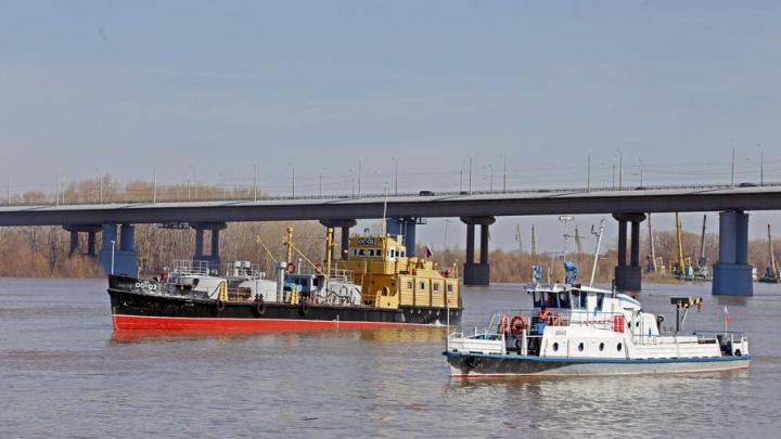 На реке Белой в Уфе теплоход сильным течением понесло на жилой поселок