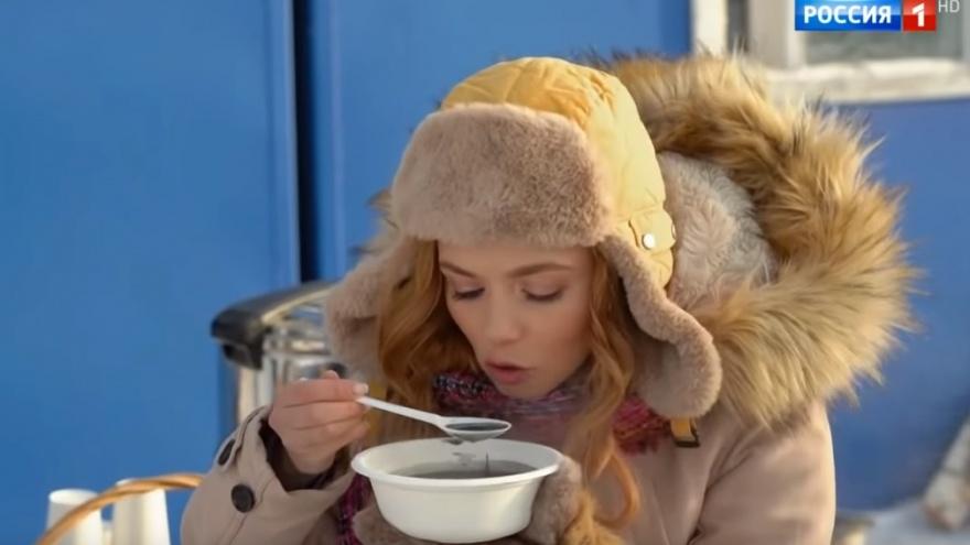 В Тюмени московскую актрису накормили ухой с нефтью